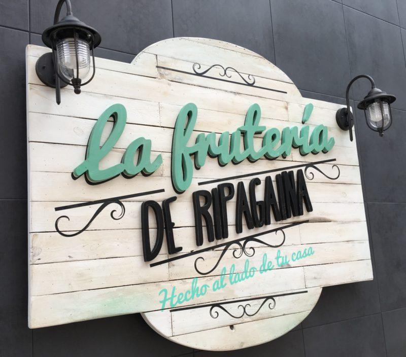 Rótulo corpóreo madera comercio Pamplona - Portfolio tresatres