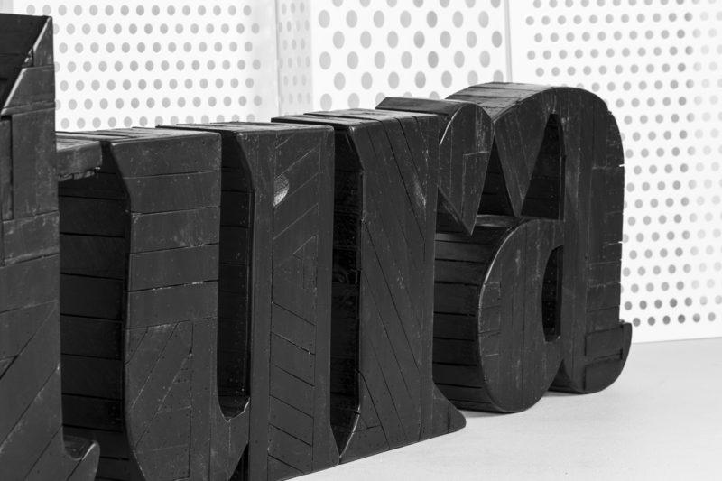 Detalle Rótulo madera Mixtura - Portfolio tresatres
