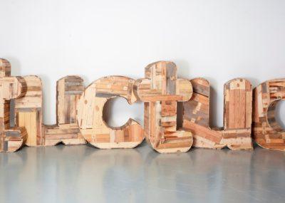 Letras corpóreas madera Interior Pamplona - Portfolio tresatres